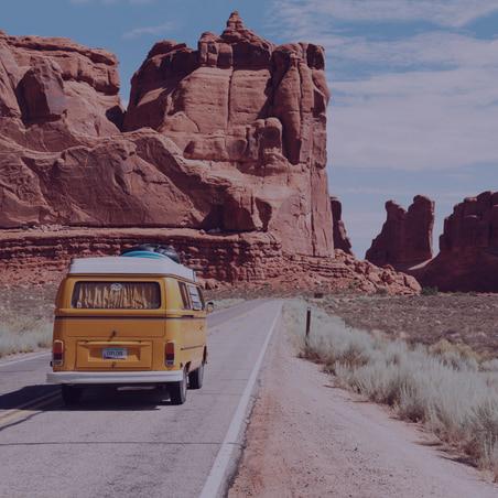 Image minibus jaune sur route américaine