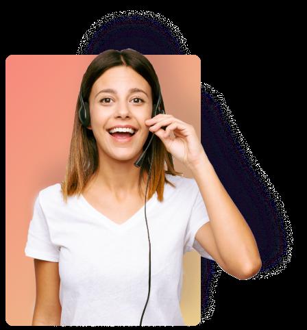 Femme qui sourit avec un casque de téléconseillère